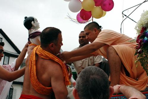 Mahesvara placing Balarama on chariot