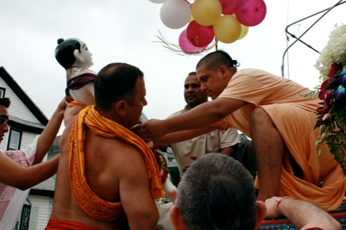 Mahesvara placing Balarama on chariot